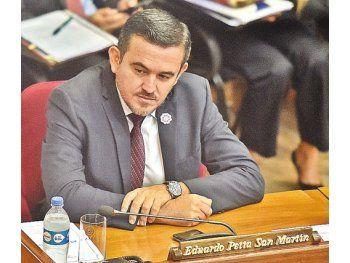 En la mira.  El senador Eduardo Petta se lanzó contra Cartes.
