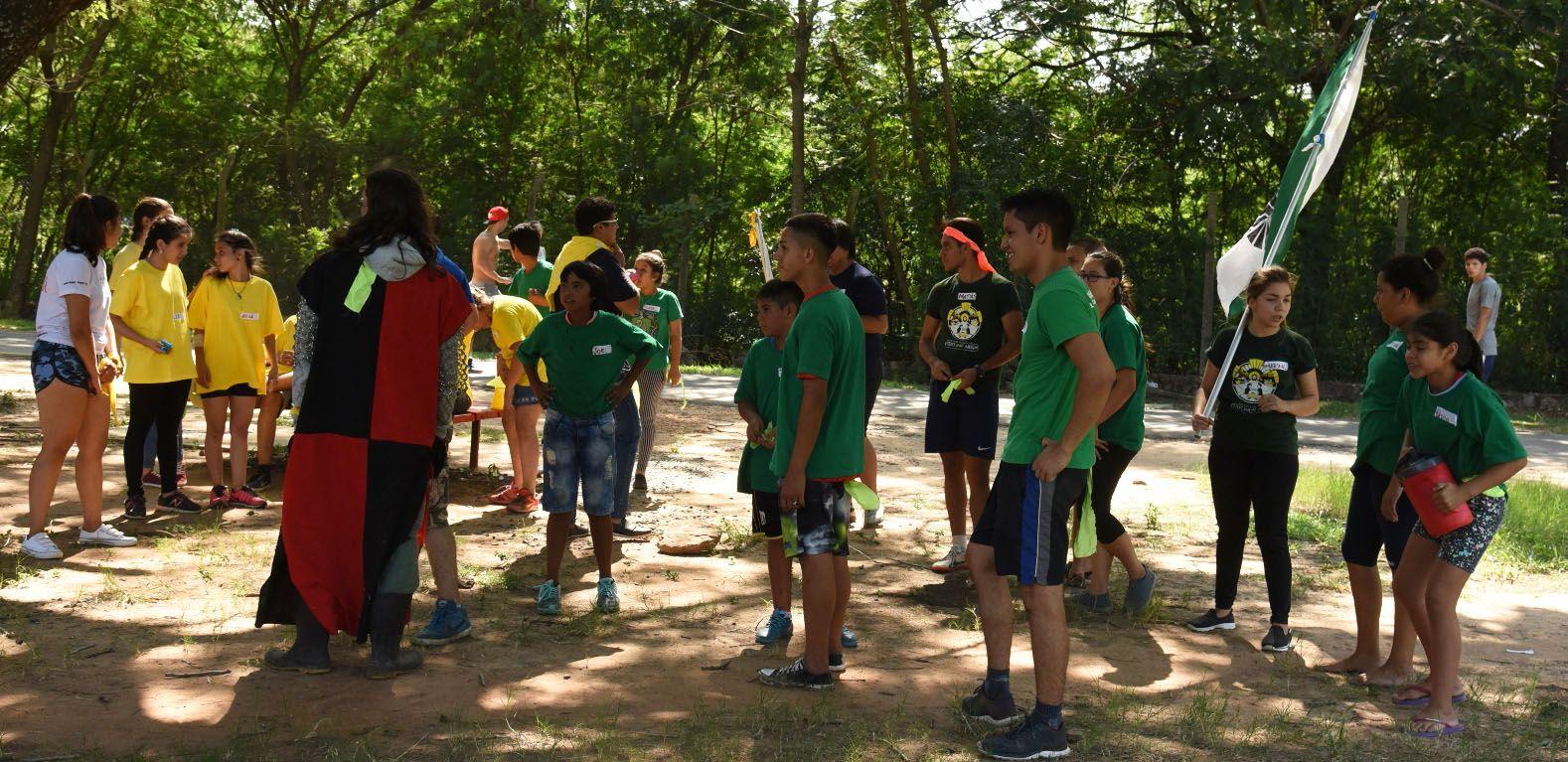 Jugando Al Aire Libre Jovenes Se Alejan Del Mundo Virtual