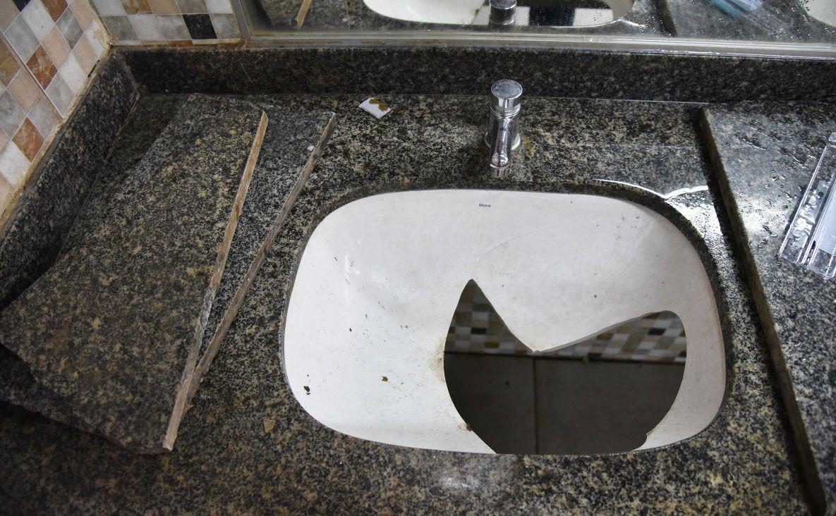 Guerra de baños enfrenta a director y comerciantes de ...