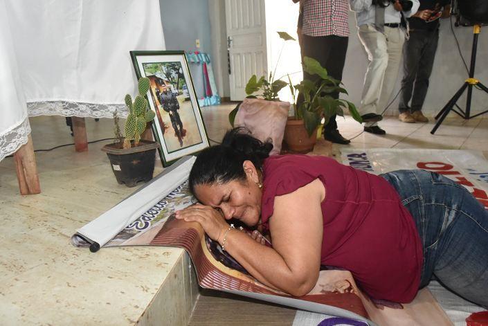 Doña Obdulia no aguantó tantas emociones y cayó descompensada al suelo cuando llegó a la parroquia. Foto: Raúl Cañete.