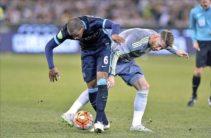 El futbolista del Real Madrid Sergio Ramos (dcha) lucha por el balón con  Fernando Reges 43147421a9d1e