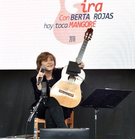 Entusiasmo. Berta Rojas fue recibida por las chiroleras y la bandaliza del colegio Stella Maris.