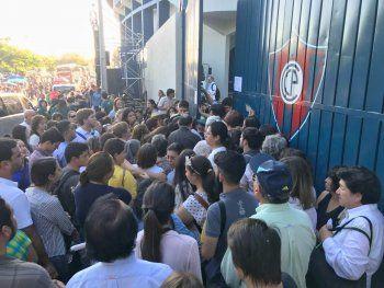 Varias personas aglomeradas en las entradas del acceso al estadio General Pablo Rojas.