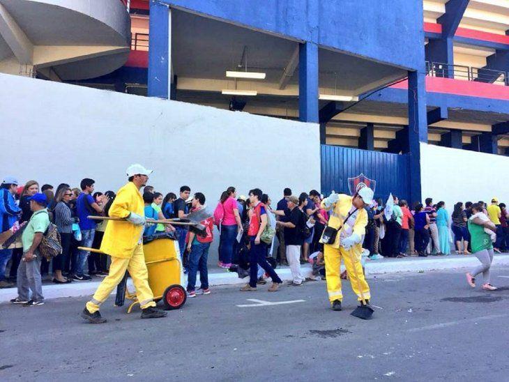 El personal de limpieza se desplegó en inmediaciones del estadio.