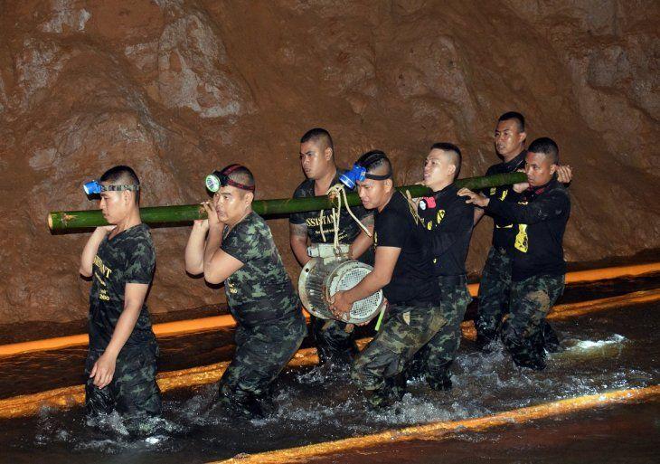 Buzos tratan de abrir paso hacia gruta donde permanecen atrapados los menores.