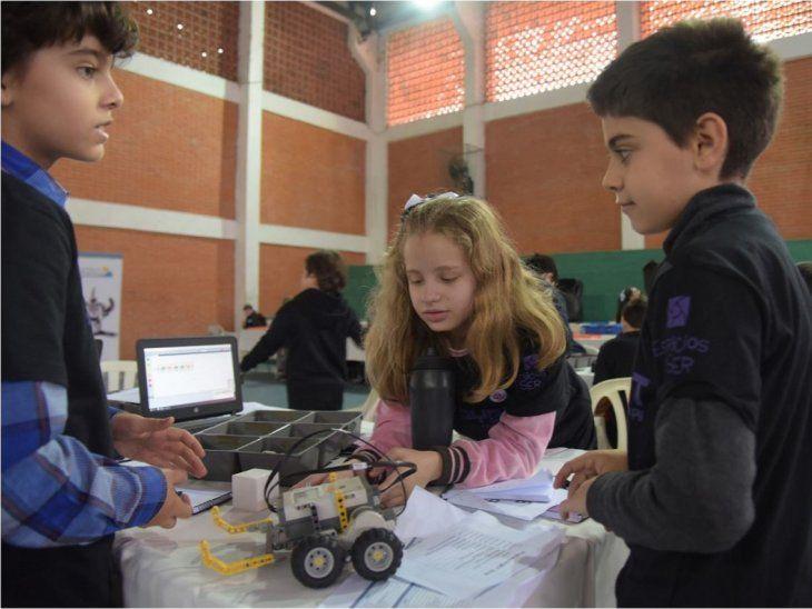 Los niños encuentran en la robótica la mejor forma de despertar su creatividad.