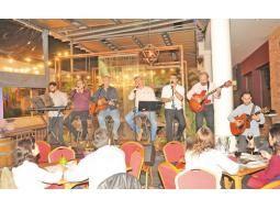 Sonidos nacionales.  El grupo Voces de Asunción se presenta los viernes     en La Yaya Gourmet, del Paseo Carmelitas.