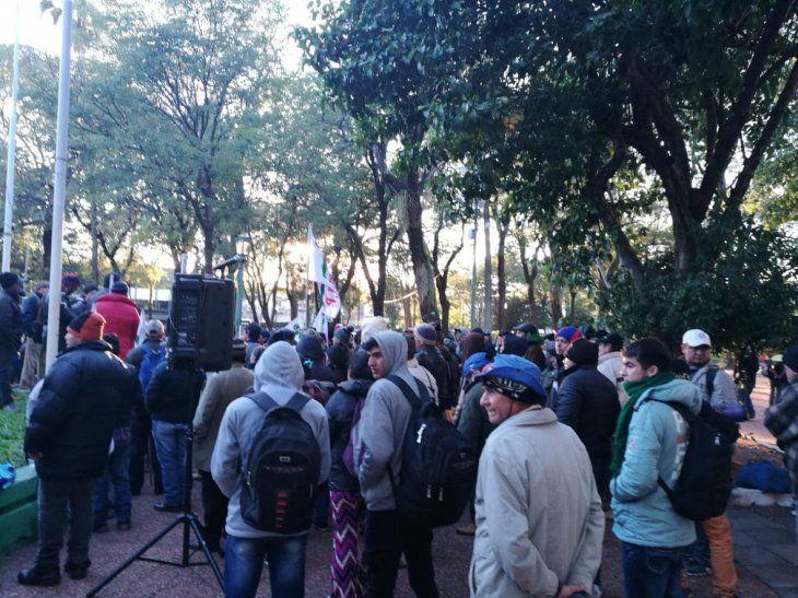 Los campesinos se reúnen en la Plaza Uruguaya para iniciar la marcha.