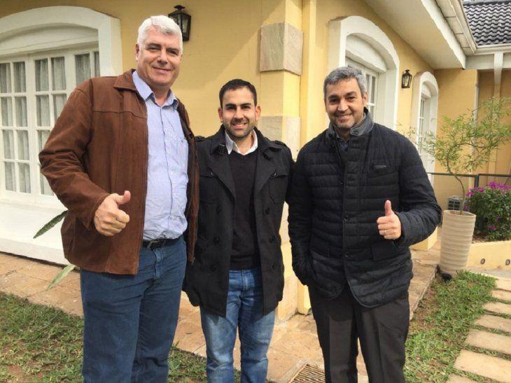 El presidente electo Mario Abdo Benítez junto a sus futuros ministros de Obras Públicas y Juventud.