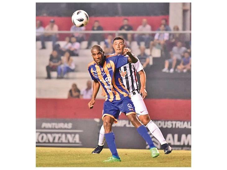 Aprobado.   Paulo Lima rechaza el balón de cabeza.