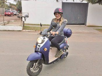 Entusiasta.  Viviana Miranda se traslada a todas partes con su scooter Yadea E-Classic.