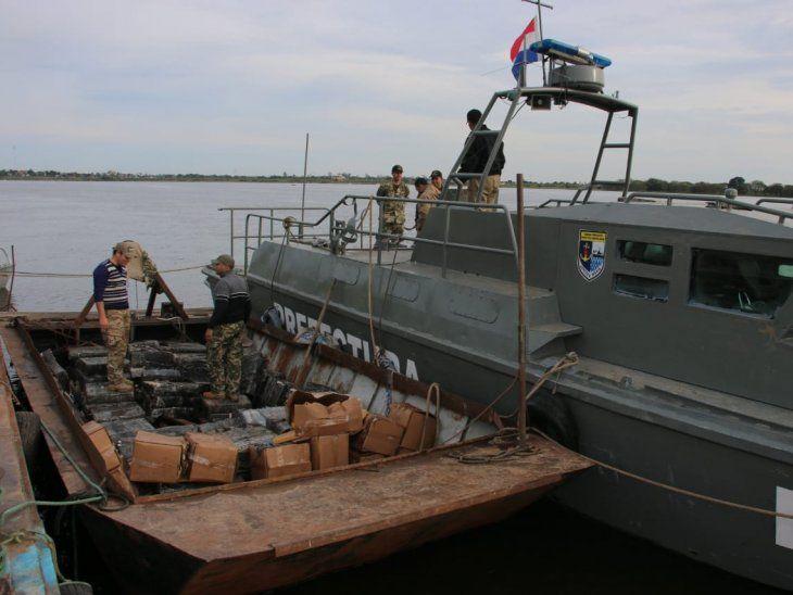 Los traficantes debían depositar los cargamentos de marihuana en un buque.