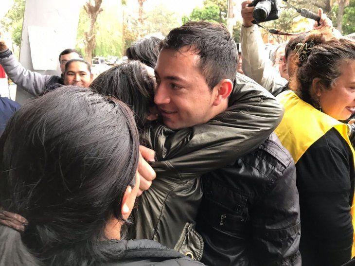 Los campesinos, quienes abandonan la Penitenciaría de Tacumbú, fueron recibidos por familiares y amigos.