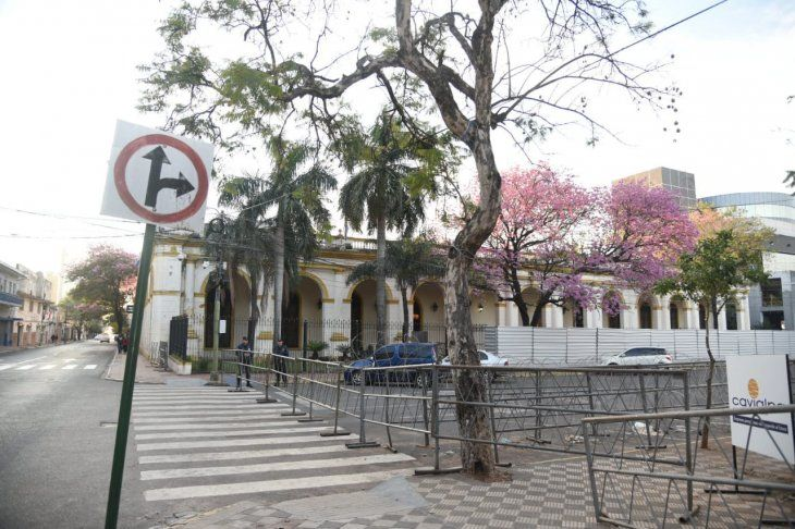 Vallas de metal rodean a la plaza situada frente al Congreso.