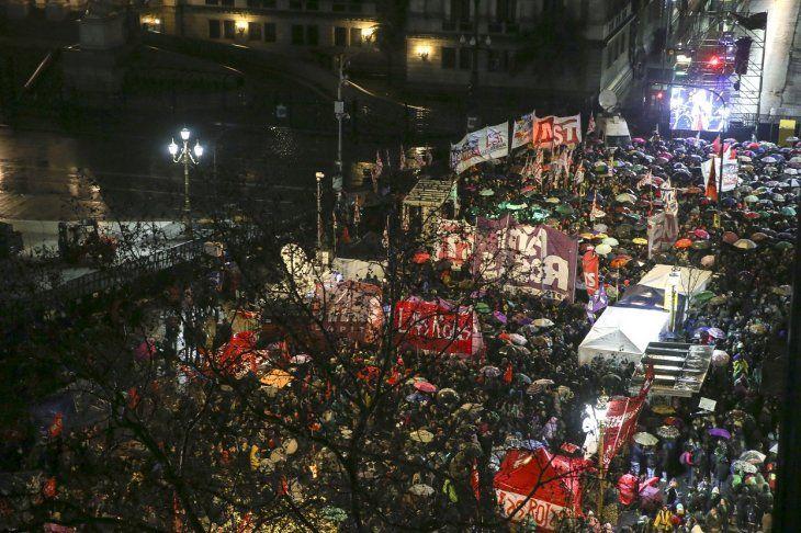Cientos de personas se manifestaron a favor y en contra del aborto.