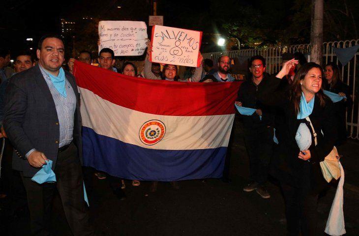 En Paraguay decenas de personas se autoconvocaron para apoyar y rechazar la propuesta frente a la Embajada de Argentina.