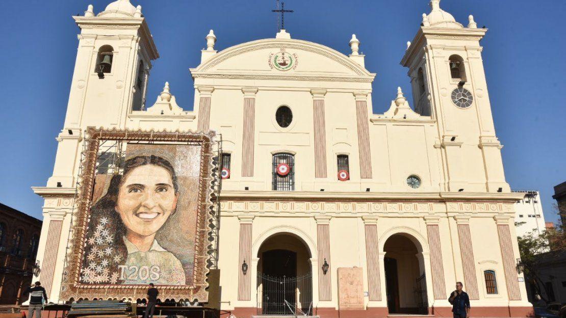 Montan retablo de Chiquitunga en la explanada de la Catedral