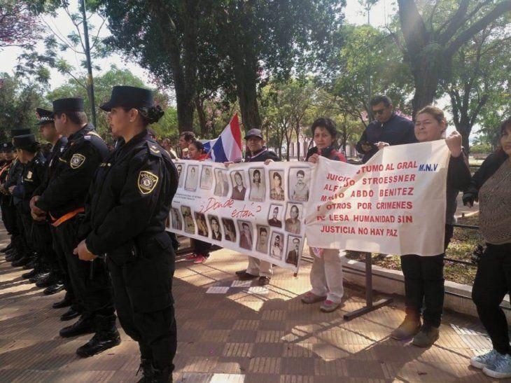Familiares y víctimas de la dictadura se manifestaron pacíficamente cerca de la Catedral Metropolitana.