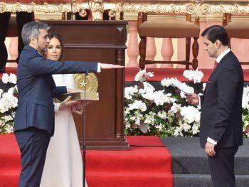 La asunción.   El titular del Congreso toma juramento a Marito. A su lado, la primera dama.