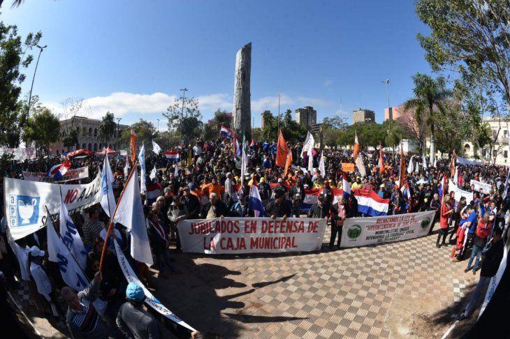 Alta convocatoria de manifestantes contra la ley de pensiones en la Plaza de Armas.