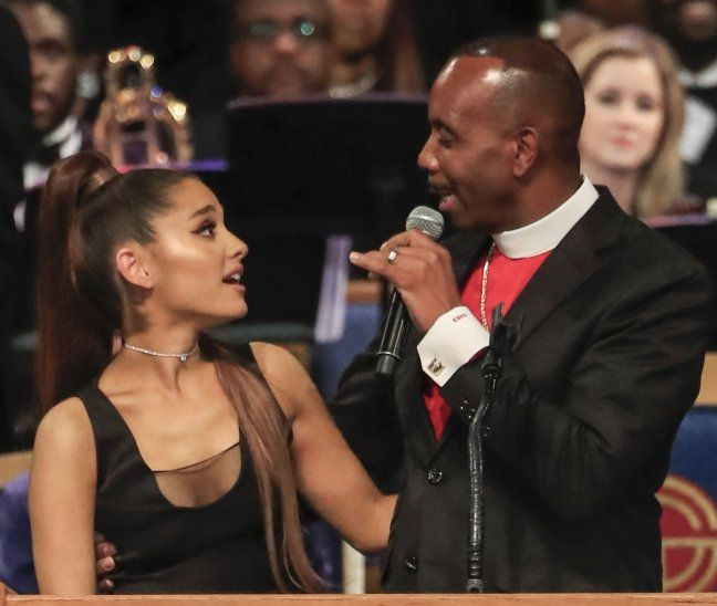 En la imagen se ve cómo el obispo se excedió con la artista Ariana Grande.  En la imagen se ve cómo el obispo se excedió con la artista Ariana Grande .EFE. 70a8766919c