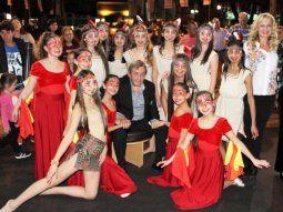 Tributo especial.  Robin Wood, rodeado de las bailarinas que le rindieron homenaje en la libroferia en Itapúa.