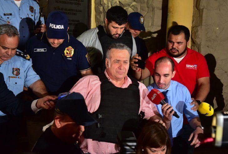 Rumbo a la cárcel. El ex senador Óscar González Daher saliendo del Departamento Judicial.