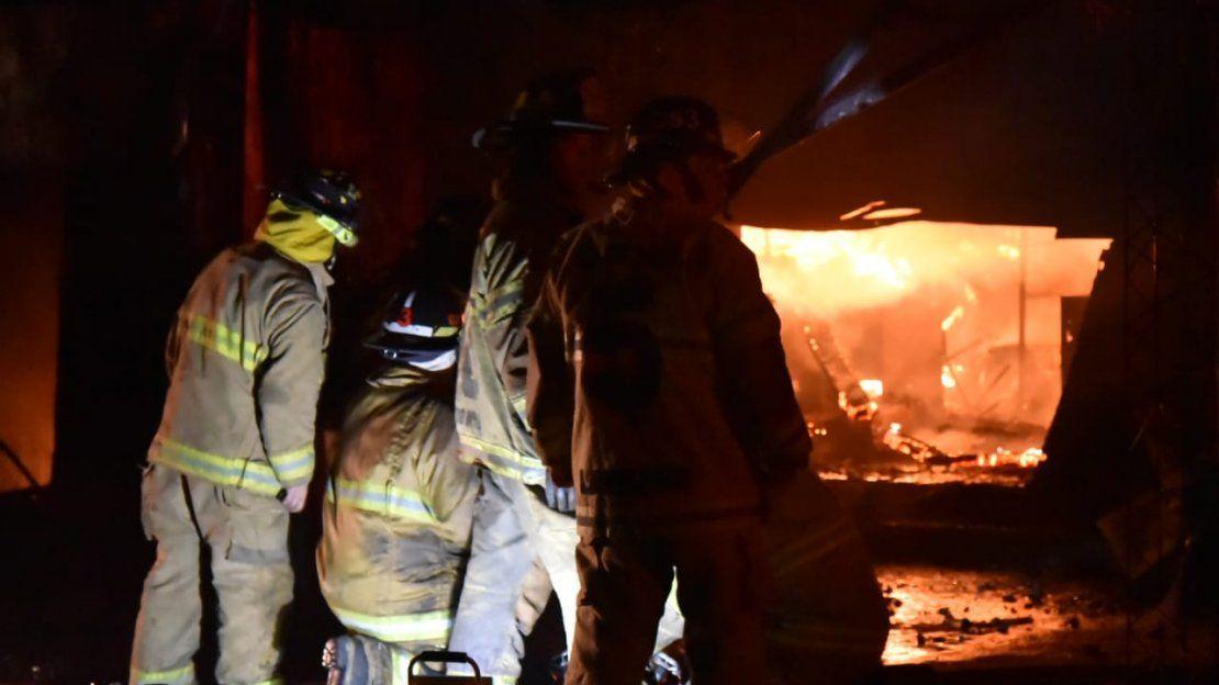 Fuego devora comercios en el Mercado 4