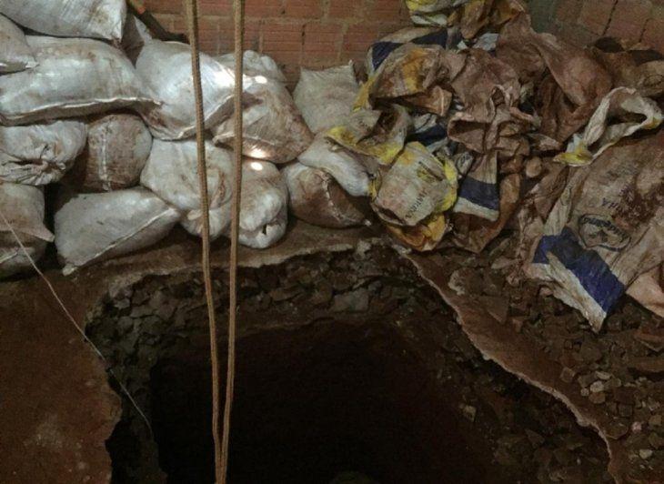 Dentro de la vivienda del barrio Santa Ana de Pedro Juan Caballero se encontró la excavación.