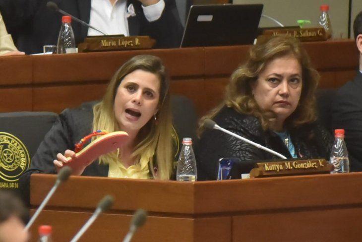 La diputada Kattya González llevó una zapatilla a la sesión de Diputados