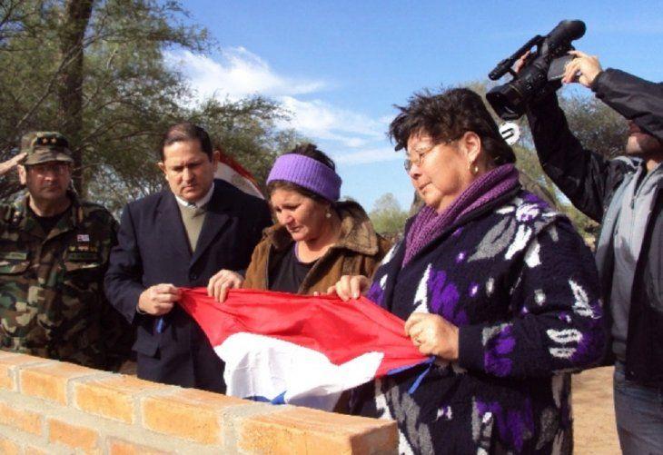 Placa.  Las madres de los dos desaparecidos descubrieron una placa en  el 2012 en el Chaco.