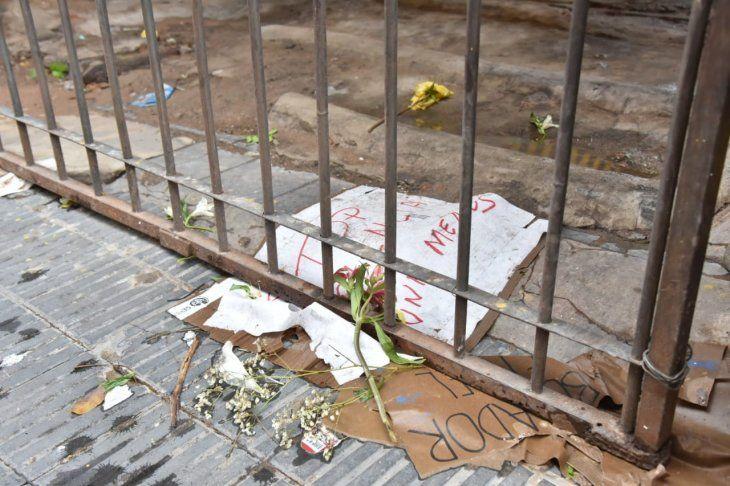 <p>Algunas flores fueron llevadas en el lugar, en memoria de las víctimas. Así quedaron los rastros tras el temporal de este sábado. </p>