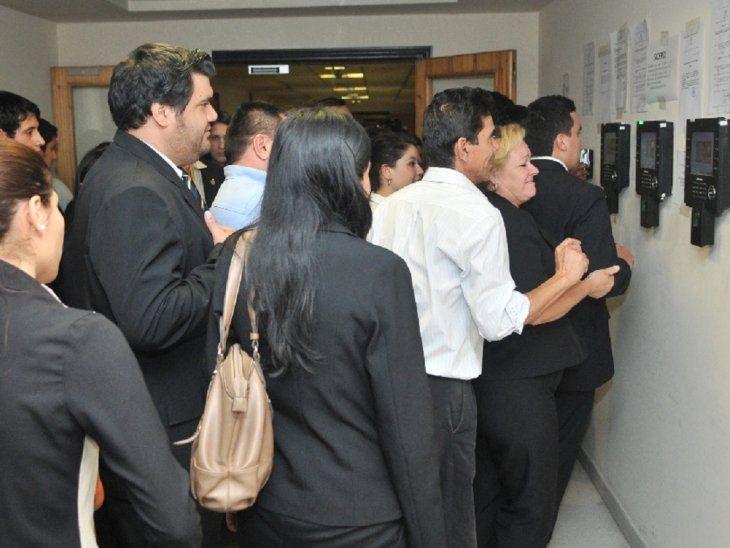 Asistencia.  Funcionarios  de Diputados registran presencia por medio del  reloj biométrico.