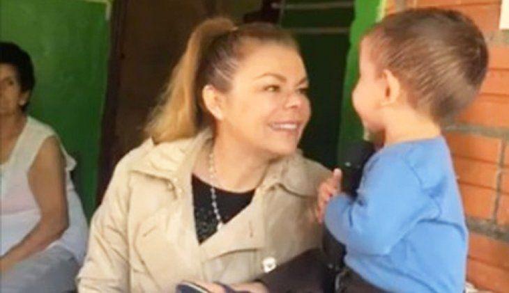 Campaña con niños.  Sandra de Zacarías visitó ayer a Brunito y le llovieron las críticas.