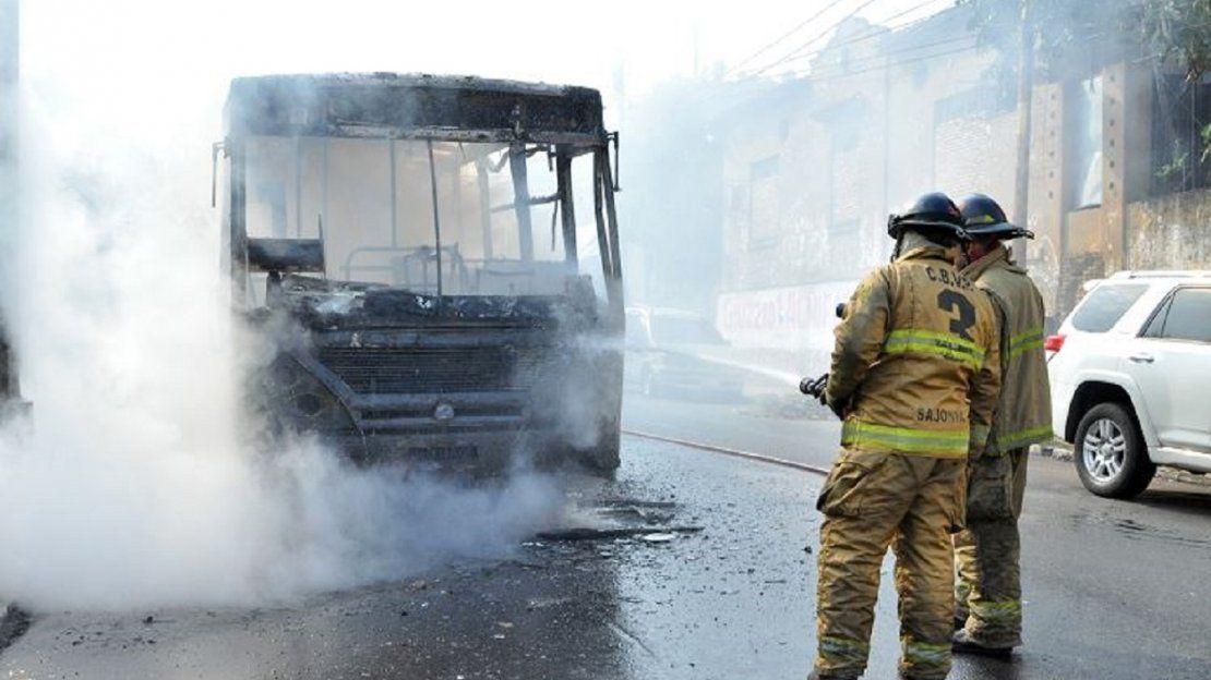 Ómnibus ardió en llamas en pleno microcentro de Asunción