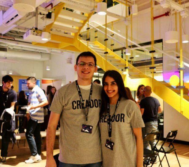 Creativos. Abel Ledezma y Giselle Ramírez posan durante la Hackatón de la NASA en Madrid