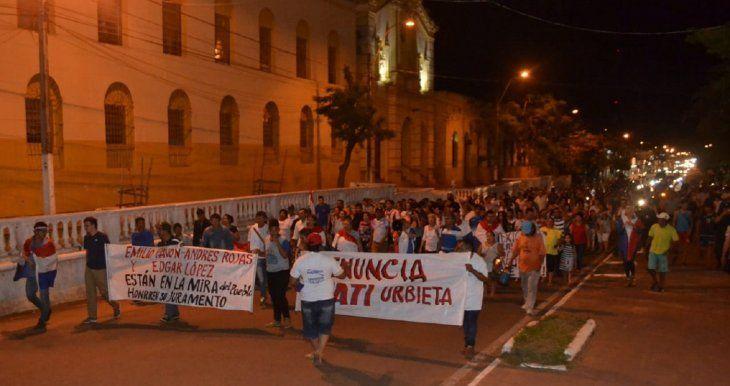 Ciudadanos indignados que piden la renuncia del intendente municipal de Concepción, Alejandro Urbieta.