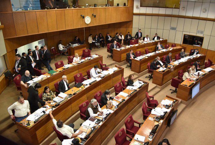 33 legisladores estuvieron presentes en la sala de sesiones de la Cámara de Senadores.