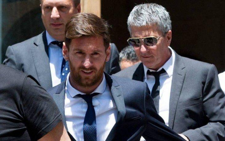 Lionel Messi junto a su papá durante el juicio que enfrentaron en España.