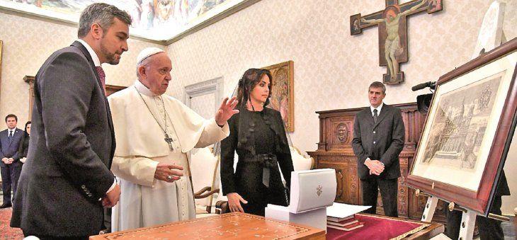 Visita oficial. El papa Francisco señala un cuadro durante la conversación que mantuvo con  Abdo Benítez y Silvana.