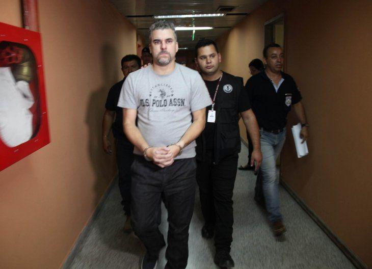 Más de 20 órdenes de arresto. Acusado en Brasil por tráfico de drogas, robo, asalto a mano armada, homicidio, asociación criminal, entre otros.