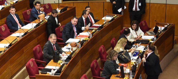 Panorama. Mario Abdo tiene cinco senadores a su favor y tres disconformes que anunciaron que siguen en Añetete.