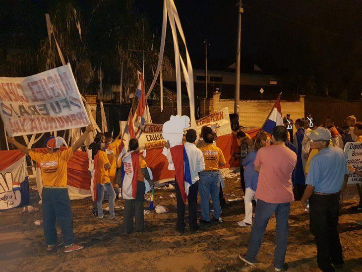 Los manifestantes se congregaron frente a la casa de Miguel Cuevas en Asunción.