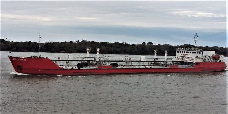 Fondeado. El buque paraguayo Doña Annette
