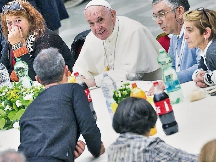 Comida. El Papa participó de un almuerzo con más de un millar de indigentes a quienes regaló una jornada especial.