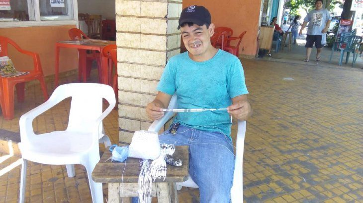 Óscar Fariña mostrando los rosarios que aprendió a confeccionar desde que tenía 15 años.