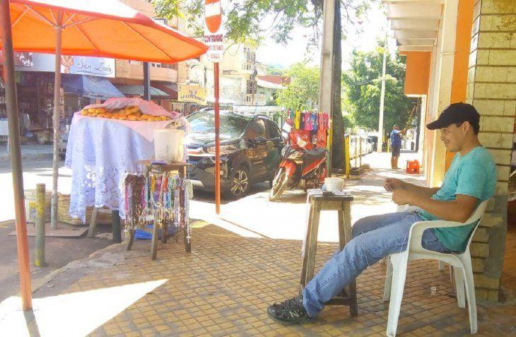 Óscar Fariña espera vender sus productos durante la fiesta de la Virgen de Caacupé que será el próximo 8 de diciembre.
