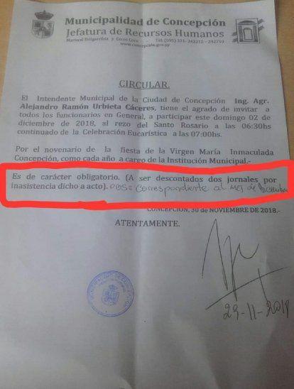 El documento establece el carácter obligatorio de la misa y advierte que se descontará el salario en caso de no asistir.