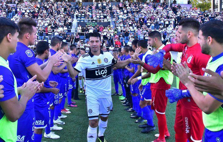 Reconocimiento. Los jugadores de Sol de América realizaron el pasillo para recibir y felicitar a los campeones del torneo Clausura.