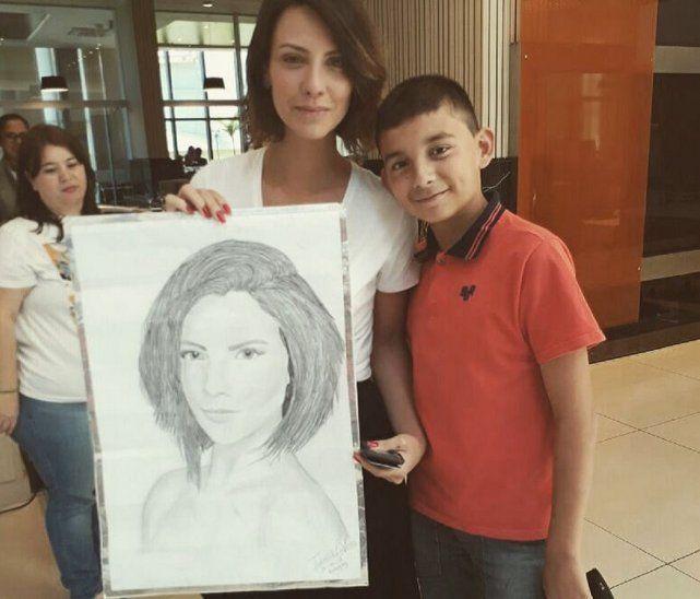 El pequeño artista Tobías Céspedes obsequió un retrato a la actriz brasileña Camila Rodrigues.